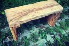 Drevený stolček z hruškového dreva