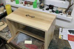 drevený stolček jaseň