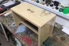 drevený-stolček-lipove-drevo-pyrogafia-jelen