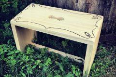 drevený stolček s ornamentami