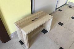 drevený stolček z jaseňa